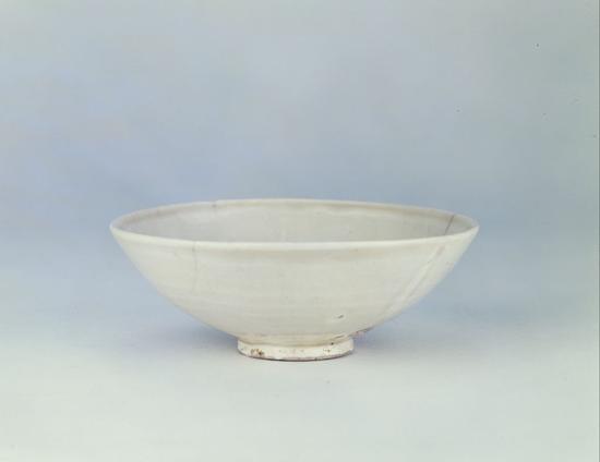 霍县窑白釉凸花带字小碗