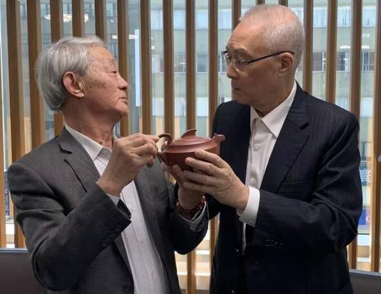中国国民党主席吴敦义(右)和程辉大师研赏《和平万岁》紫砂壶