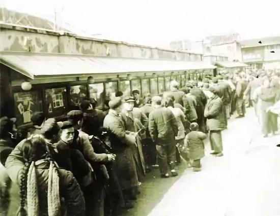 为了排队购票,戏迷们连夜带着铺盖来到售票点