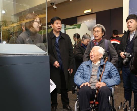 """中国文物界泰斗、被誉为""""中国古陶瓷鉴定第一人""""的耿宝昌参观展览。"""