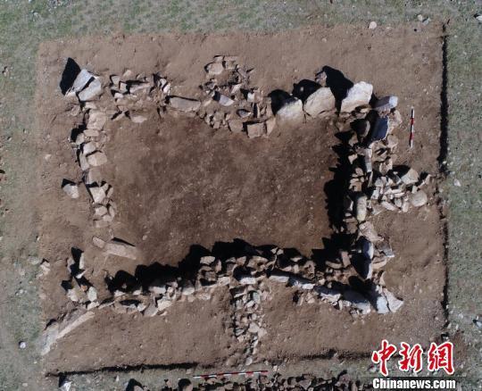 图为特布希文化石板墓。 内蒙古自治区文物考古研究所供图 摄