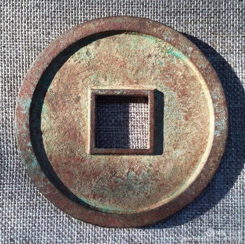 《开元通宝》光背 直径:96毫米。 厚度:8毫米。 重量:296.9克。 级别:顶级