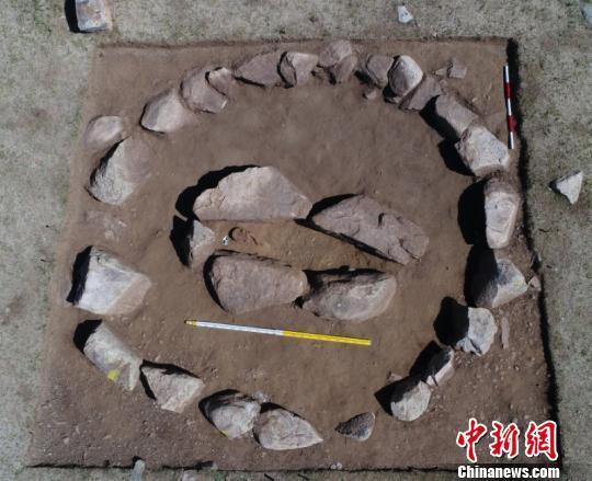 图为发掘的圆形赫列克苏尔。 内蒙古自治区文物考古研究所供图 摄