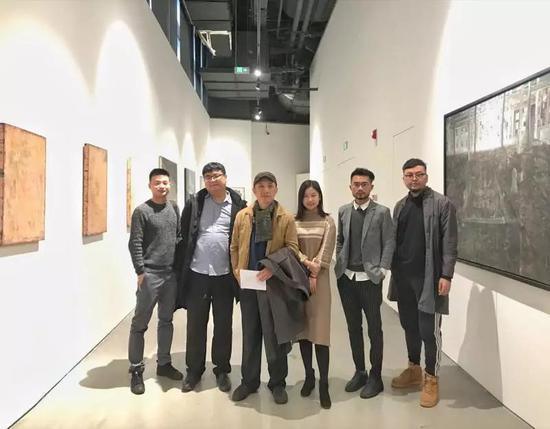 (从左到右)艺术家刘建明、策展人李国华、艺术批评家顾丞峰、执行策展人黄夏、艺术家郑龙一海、艺术家杜荣坤