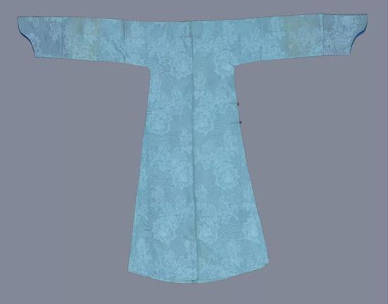 月白色泰西纱常服袍,清光绪,身长138cm,两袖通长188cm,袖口宽24.50cm,下摆宽72cm,左右裾76cm。故宫博物院藏。