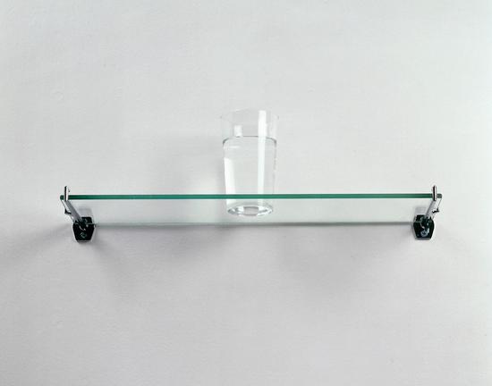 一棵橡树,架上玻璃板(含杂件和打印文本),玻璃板:15×46×14cm,打印文本:30×30cm,1973,澳大利亚国家画廊收藏