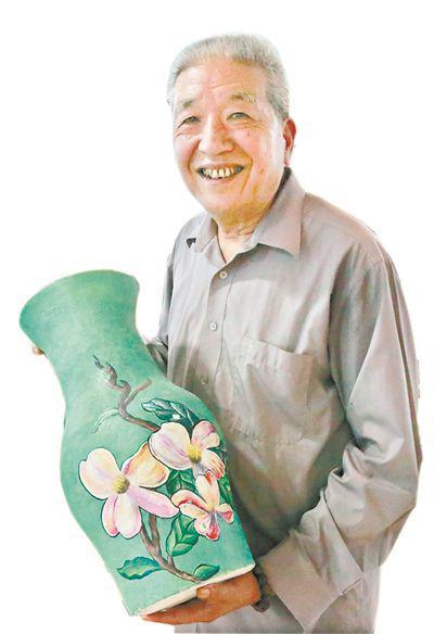 钟炳卓和他制作的纸塑花瓶