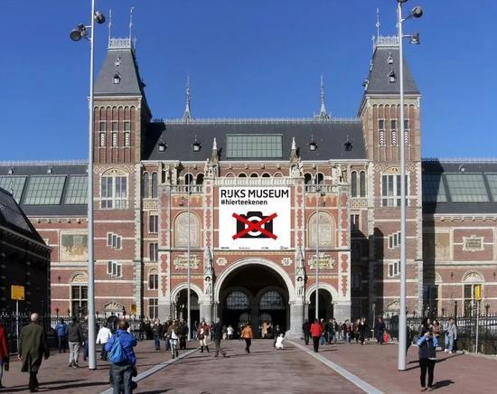▍活动期间,阿姆斯特丹国家博物馆门口上方巨大的'禁止拍照'标识