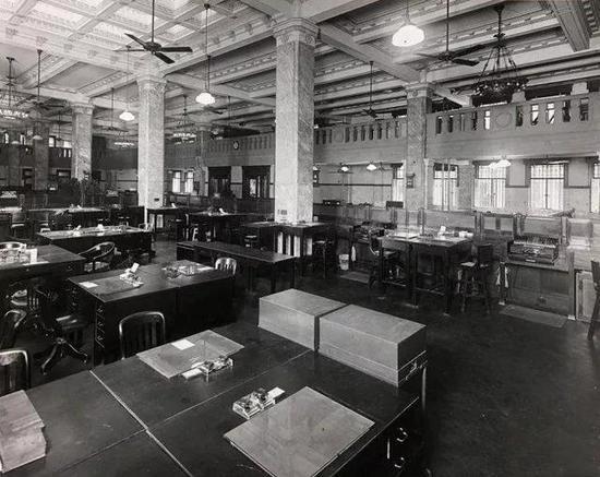 1932年3月30日,营业大厅里储蓄处的办公环境,存款及储蓄记账均为机器