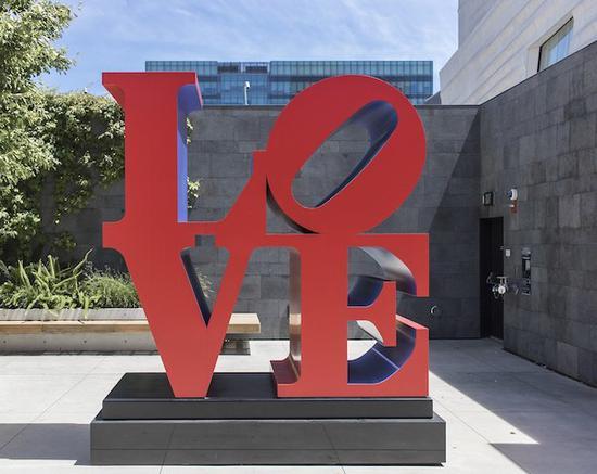 罗伯特・印第安纳的《爱》成为流行于全球的经典符号。