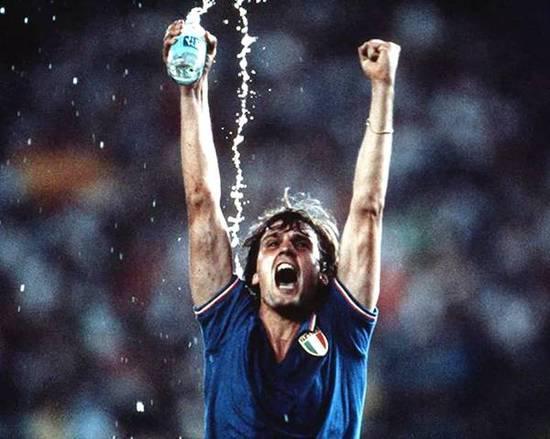 1982年意大利赢得了世界杯冠军,马尔科塔尔代利激动的样子