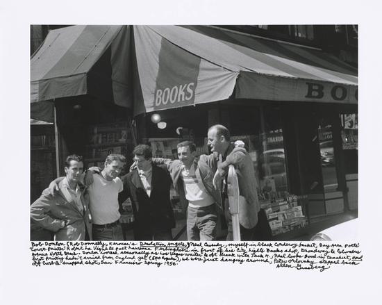 """""""垮掉的一代""""核心成员们在城市之光门口,摄于1956年。从左至右:鲍勃·唐林,尼尔·卡萨蒂,艾伦·金斯堡,罗伯特·拉文奇,劳伦斯·金斯堡。"""