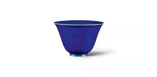 明嘉靖 霁蓝釉钟式杯《大明嘉靖年制》款, 高11.9公分