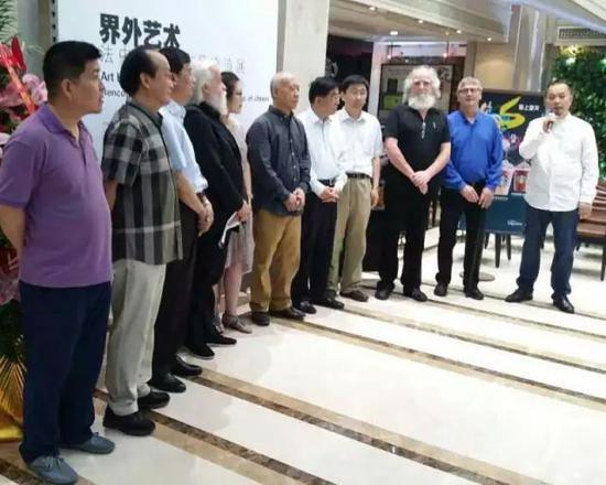 张天志策划界外艺术——法中艺术家作品交流展,并主持展览开幕式