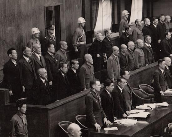 1946年5月14日,法官进入法庭时,全体被告起立
