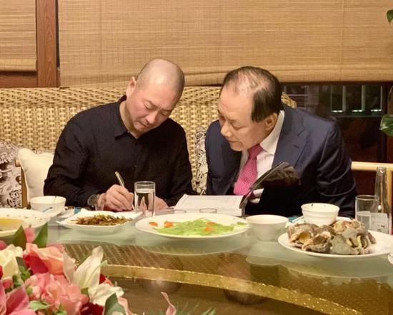 傅榆翔将自己的最新画册赠送给黄祐吕先生