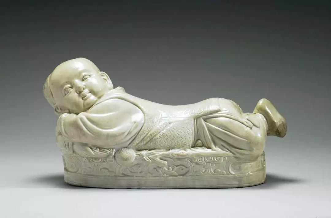 北宋定窑白瓷婴儿枕 现藏于台北故宫博物院