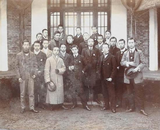 苏州公立第一中学堂毕业照,后排右一为叶圣陶,1911年冬