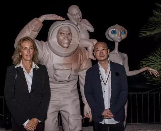 傅榆翔与圣马力诺共和国威尼斯领事馆领事Lorenza Mel 女士在其作品前合影