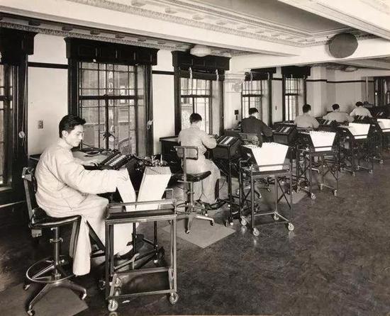 1932年3月30日,上海商业储蓄银行内使用巴勒斯簿记机的场景