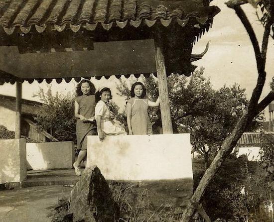 1950年,董蕾(左)与唐令渊(中)等在沧浪亭。