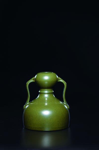 清乾隆蟹壳青釉如意绶带耳葫芦瓶