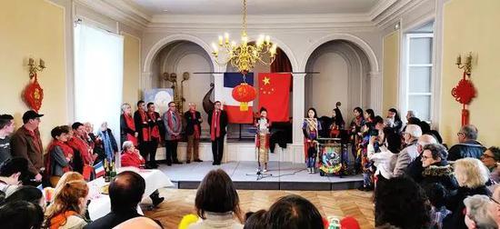 节日典礼由芒什省库塘斯-海岸-联合64个市镇议员及芒什省法中友好协会主席 Xia LEPERCHOIS萧遐女士主持