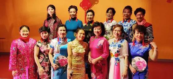 中法文化艺术交流协会旗袍俱乐部与萧遐女士合影