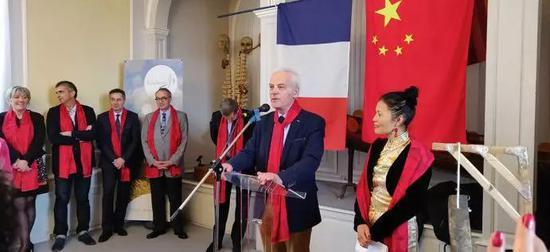 萧遐女士和库唐斯市市长Yves Lamy伊夫。拉米先生致辞