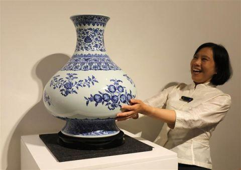 4月11日,工作人员在介绍清雍正青花折枝花果纹大尊。新华社记者 吴晓初 摄