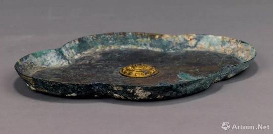 唐 錾刻珍珠地如意云纹海棠形鎏金铜盘