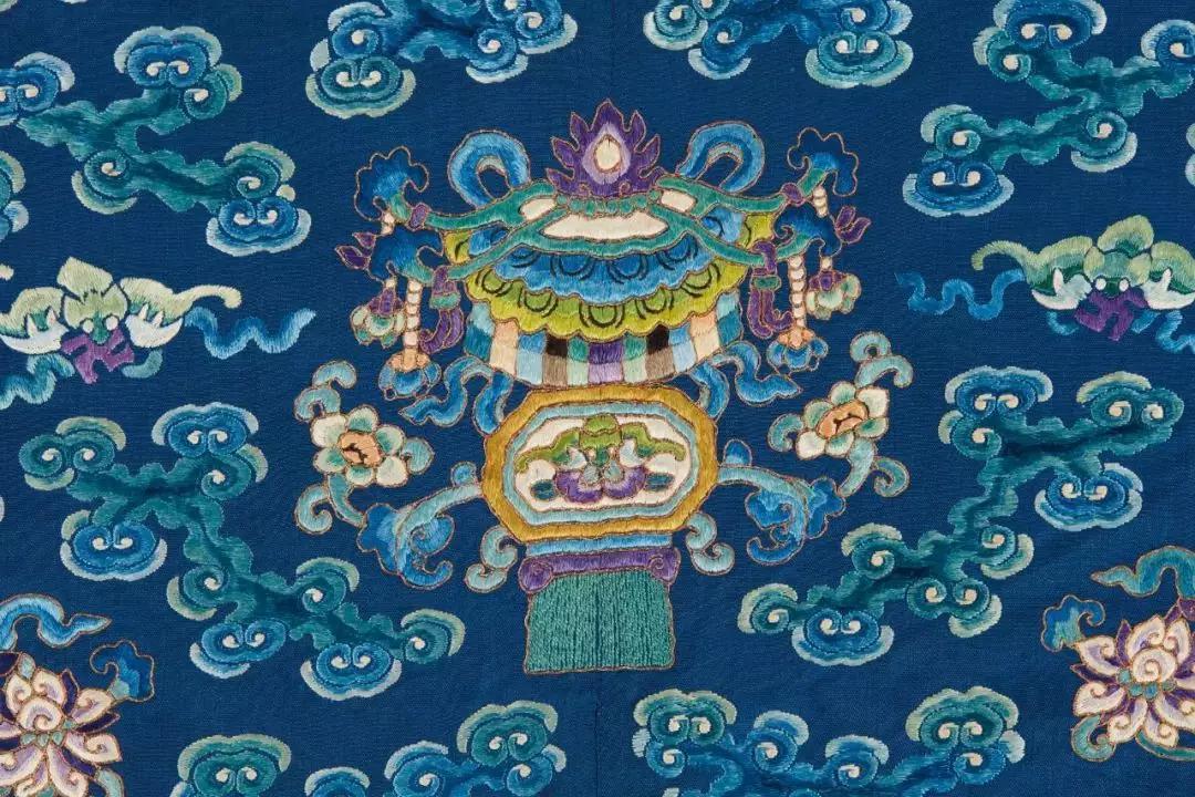 ▌清 19世纪晚期 御制蓝地绣金龙袍