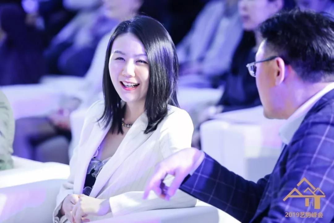 胜乐典藏总裁张羽熙与嘉德艺术中心副总经理关海亮交谈