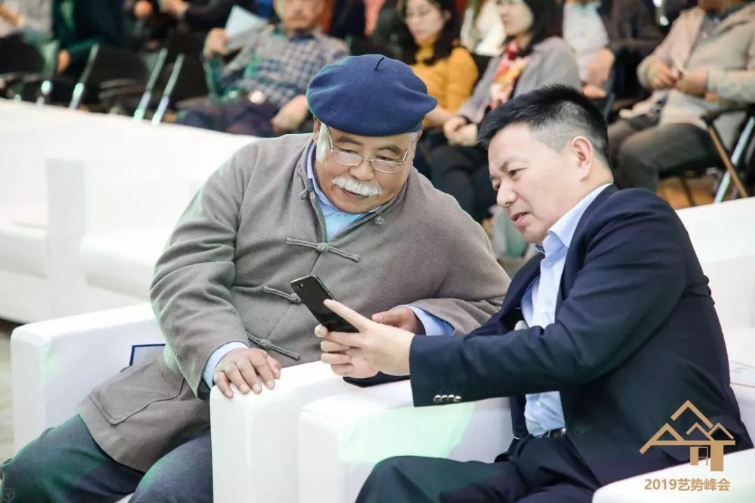 策展人杨建国与北京拍卖行业协会会长甘学军交流