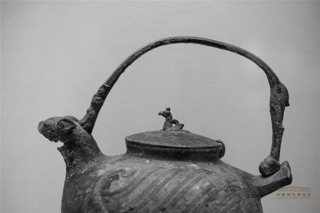 战国·龙提梁飞虎凤钮铜壶(局部)