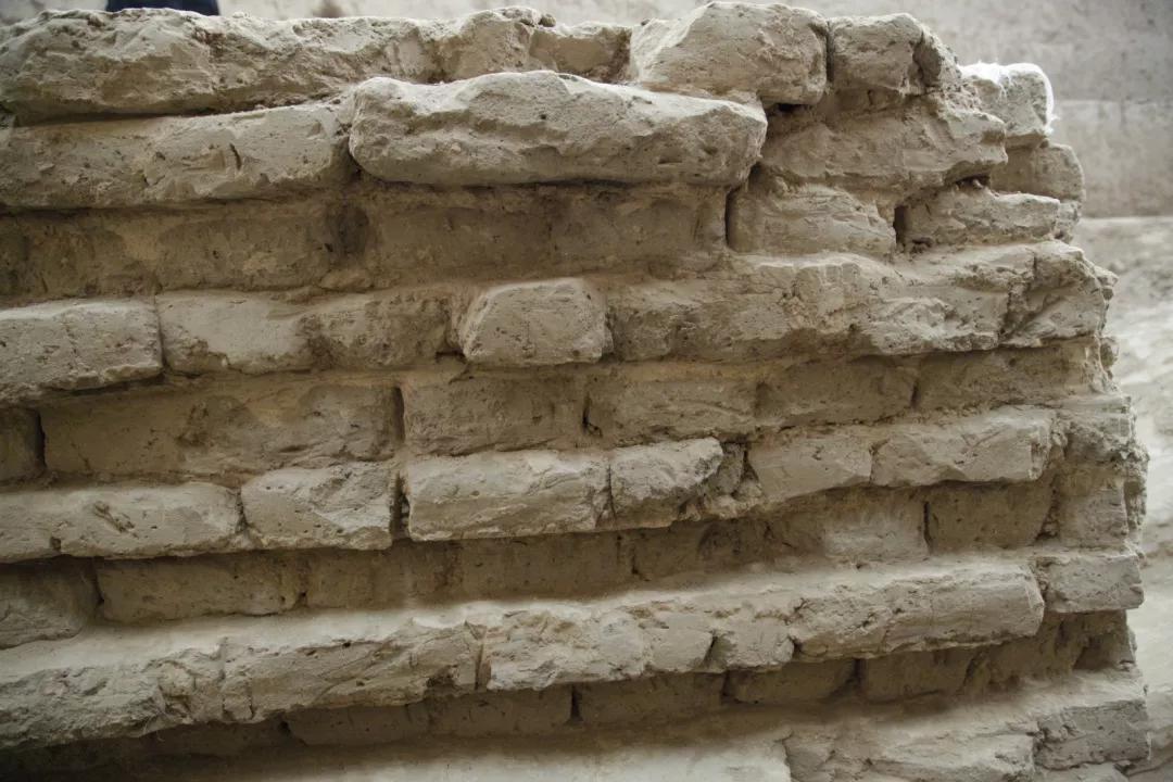 ▲墓道土坯墙后面
