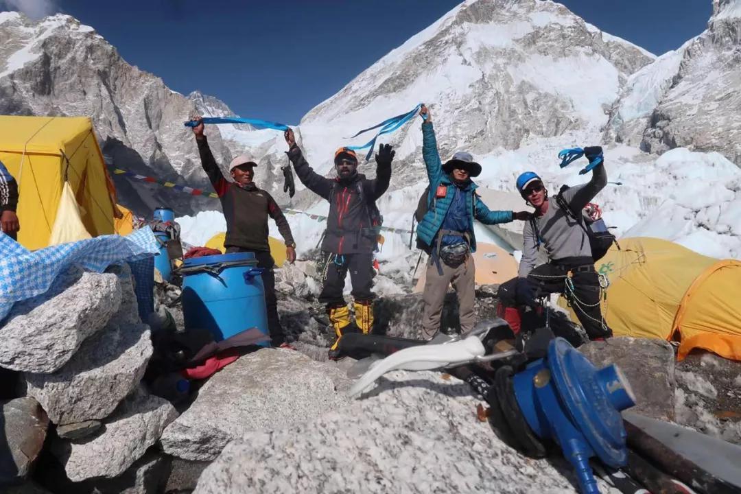 寒啸在珠峰与外国朋友一起挥舞蓝丝带