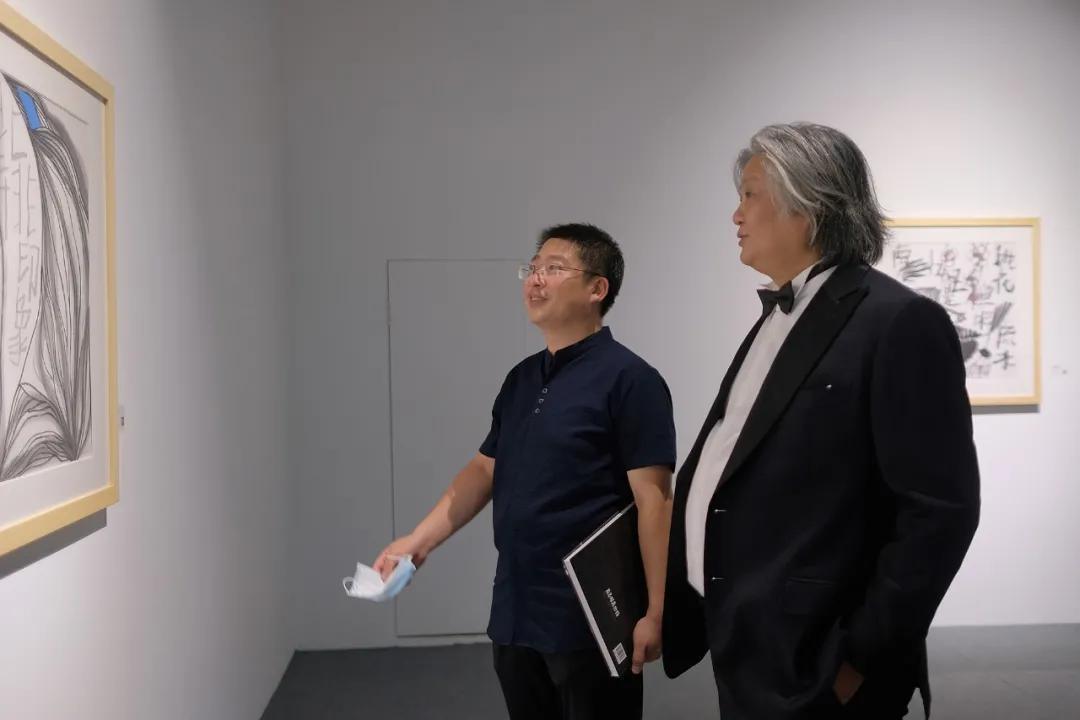 策展人葛玉君(左)与艺术家孟昌明(右)