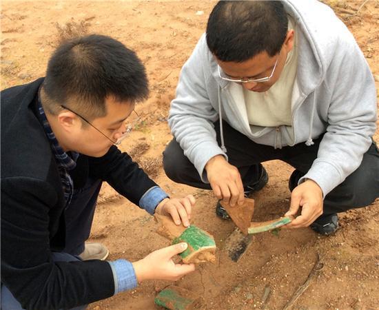 陶金(左)与崔光海(右)博士在场地勘察现场