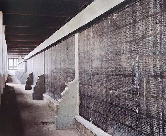 西安碑林博物馆第一展室陈列的《开成石经》