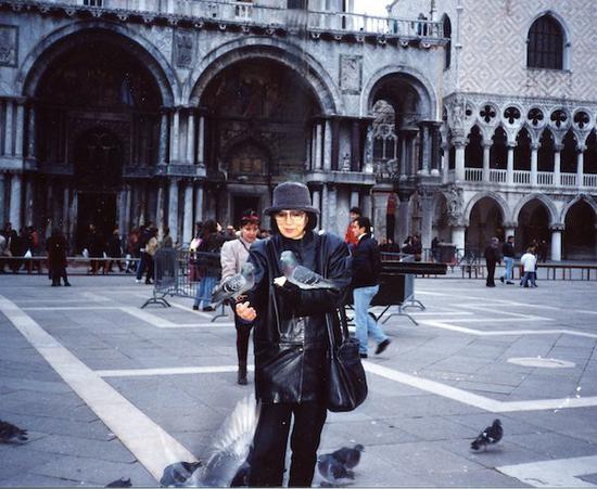 1993年,董蕾于意大利威尼斯圣保罗教堂前。