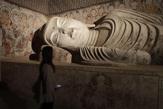 中唐第158窟的卧佛(复制品)。