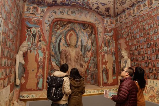 展厅现场,观众正在参观复制的敦煌洞窟。