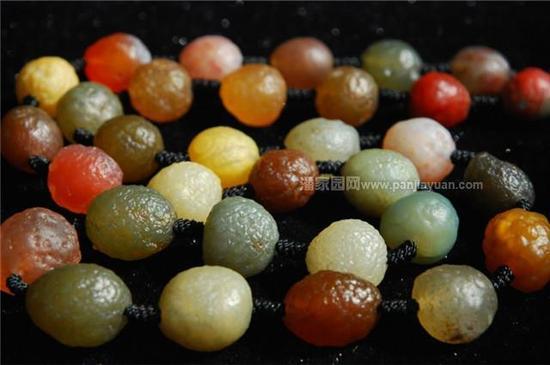 葡萄干玛瑙产自于新疆,顾名思义,就是长得像葡萄干一样的玛瑙,足可以假乱真。因其独具个性的长相、五彩缤纷的色彩,让它在众多玛瑙品类中脱颖而出。