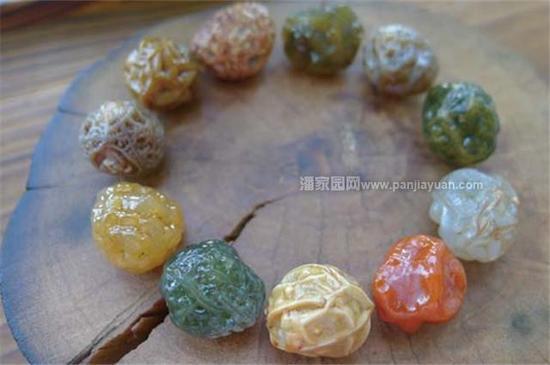 戈壁玛瑙,是戈壁石的一种。主要产自我国新疆地区。质地莹润润,表皮风化后,细腻光洁。按产地分为大滩玛瑙,银根玛瑙等。