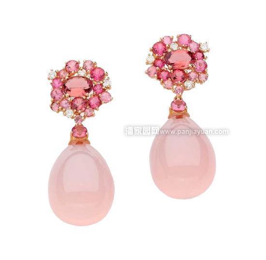 粉色碧玺凭借其柔美的颜色成为碧玺中最受欢迎的种类之一,淡淡的颜色,知性而优雅,非常吸引人,给佩戴者增添了不少魅力。尤其适合女性佩戴。