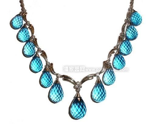 托帕石是个异国情调的名字,是一种极其宝贵的宝石,价值仅次于红宝石和蓝宝石。澄澈的蓝色纯净而美丽,让人赏心悦目。作为一种漂亮的宝石,托帕石一直深受人们的喜爱。