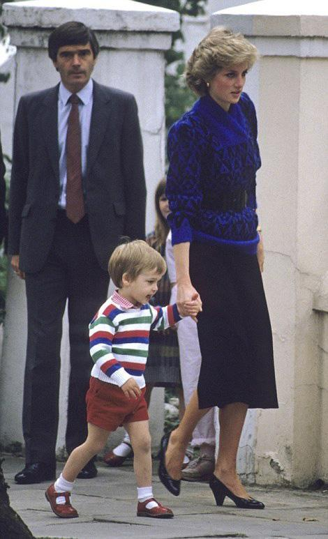 当年,戴安娜王妃送威廉王子上学的照片。