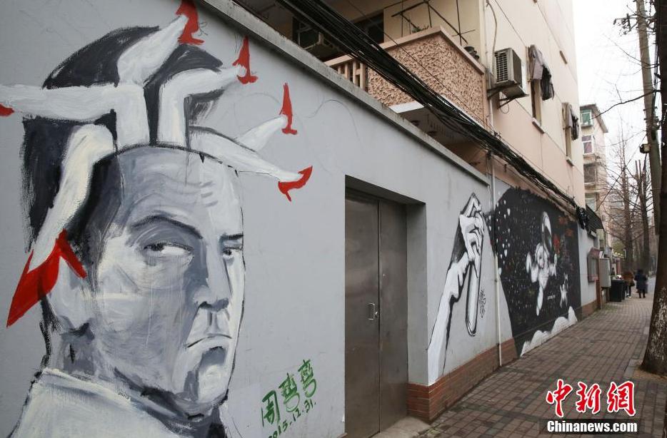 上海爱情马路现中外涂鸦