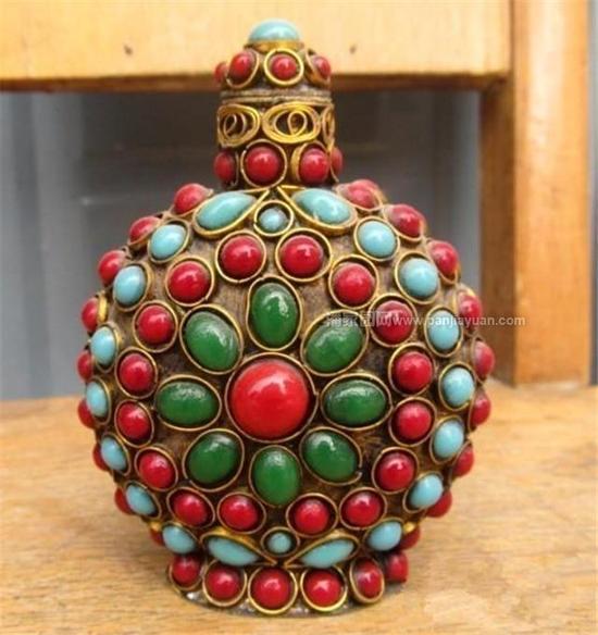 其中常见的材质有:玻璃质的,瓷质,玉质的,水晶质、翡翠质的,金属质的,宝石质的等。还有用竹木、琥珀、核桃、葫芦、珊瑚等材质制作的鼻烟壶。